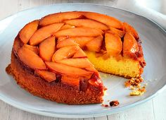 Torta morbida con persche caramellate