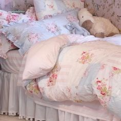 Love the floral bedding.so shabby. For more details and other gorgeous photos visit The Shabby Chic Home. Tissu Style Shabby Chic, Cottage Shabby Chic, Shabby Chic Quilts, Shabby Chic Fabric, Shabby Chic Bedrooms, Shabby Chic Homes, Shabby Chic Furniture, Shabby Chic Decor, Cottage Style