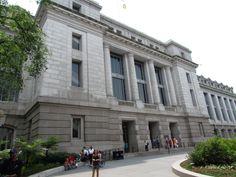 National Museum of Natural History (museo administrado por la Institución Smithsoniana), localizado en National Mall. La colección del museo totaliza más de 125 millones de especímenes de plantas, animales, fósiles, minerales, rocas, meteoritos y objetos culturales humanos.