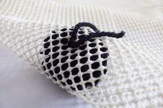 Cómo anudar los pompones en la alfombra de pompones