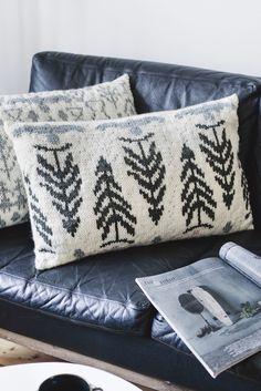 Knitted Tasapaino pillowcase Novita Isoveli and 7 Veljestä Crochet Pillow Pattern, Knit Pillow, Knit Crochet, Pillow Patterns, Knitting Projects, Knitting Patterns, Knitting Ideas, Knitted Cushions, Fair Isle Knitting