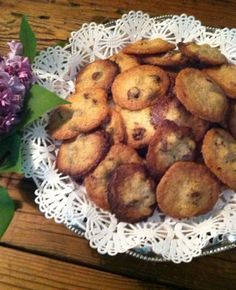 This Wickwood Inn is the crispiest bite-sized chocolate chip cookie ever! Not too sweet, they'll disappear quickly. Easy Dinner Recipes, Holiday Recipes, Silver Palate Cookbook, Crispy Chocolate Chip Cookies, Cookie Recipes, Dessert Recipes, Finger Desserts, Grandma Cookies, Easy Family Meals