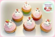 Hallo ihr Lieben, wir haben süße kleine Einhorn Cupcakes gezaubert, wobei das Einhorn aus einem Marshmallow und etwas Fondant besteht. So kann man ganz einfach ein kleines Einhorn basteln und auf l…