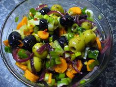 Jak připravit pikantní salát z nakládaných oliv Fruit Salad, Fit, Red Peppers, Fruit Salads, Shape