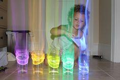 Leuk idee voor een sombere dag.  Neem glazen water en doe er een glow in de darkstick in.  Er straalt een Aura uit.  Tik tegen de glazen er zal iets wonderlijks gebeuren.