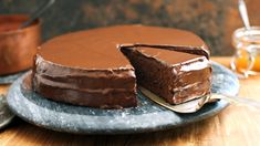 Sacher cake, an obsession for everyone who wants more than just chocolate cake. Dilapidated with Sachertorte recipes, a masterpiece of baking art that has its appearance in the softly melting chocolate dress. All Recipes Chili, Baking Recipes, Cookie Recipes, Cheesecake Bites, Cheesecake Recipes, Mini Desserts, Melting Chocolate, Chocolate Cake, Snickers Torte