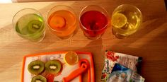 Przygotowanie deseru z galaretki i owoców w tym samym kolorze.
