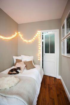 Little bedroom with lovely light / petites chambre avec de jolies lumières sur le mur | More photos http://petitlien.fr/petiteschambresgrandesambitions