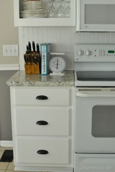How to re-paint your yucky white cabinets Kitchen Cabinets Repair, Laminate Cabinets, Home Decor Kitchen, Kitchen Ideas, Diy Kitchen, Kitchen Cupboard, Kitchen Design, Yard Sale Finds, Luxury Homes Interior