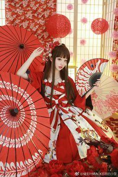 微博 wa lolita style : Elles doivent avant tout aimer la mode japonaise traditionnelle, à savoir le kimono ! Pour les Wa Loli, on peut à la fois être une lolita et porter sur soi un traditionel Yukata ou kimono les accessoires sont l'ombrelle japonaise ou une version retravaillée du obi qui peuvent bien s'agrémenter d'une telle tenue. Au niveau des couleurs, on s'orientera souvent sur une base de blanc, de rouge ou de noir.