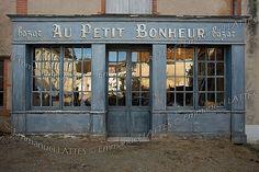 Devanture d'un vieux magasin (Ainay-le-Château (03360) Allier