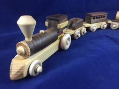 Un ensemble de Train jouet en bois beau, One-Of-A-Kind, noyer. #160720  Avec…