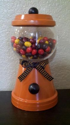 Meine Version von DIY Gumball Machine für Halloween mit M & M-Bonbons. Fall Flower Pots, Flower Pot Art, Flower Pot Crafts, Candy Bowl, Candy Jars, Candy Dishes, Clay Pot Projects, Clay Pot Crafts, Diy Clay