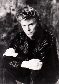 El camaleónico David Bowie, Duque blanco, toca al saxo una desgarradora pieza de Funki Jazz Rock. K.B.C.