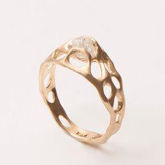 Hey, ho trovato questa fantastica inserzione di Etsy su http://www.etsy.com/listing/154830563/bio-e-engagement-ring-18k-gold-and-rough