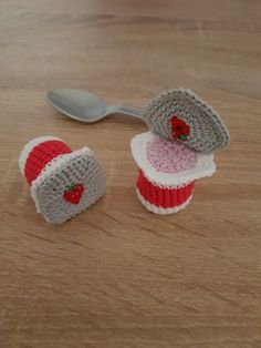 Crocheted yoghurt - cup- Gehäkelter Joghurt – Becher In the advent calendar of our mouse today were these crocheted yogurt cups: I sewed the lid extra only on one corner, so you can open it and play with it. And what for example… - Crochet Amigurumi, Crochet Food, Crochet Kitchen, Cute Crochet, Crochet For Kids, Knit Crochet, Crochet Hats, Quilt Patterns, Knitting Patterns