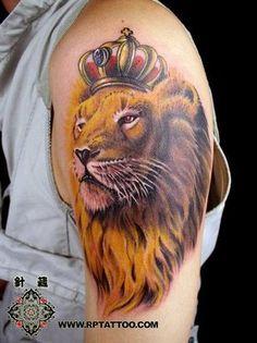 Tatuagem Masculina - Leão, coroa, rei, braço