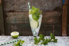 A Virgin Mojito for your Monday blues. Virgin Cocktails, Virgin Mojito, Smoothie Drinks, Smoothies, Healthy Drinks, Healthy Snacks, Sangria Punch, Cocktail And Mocktail, Mojito Recipe