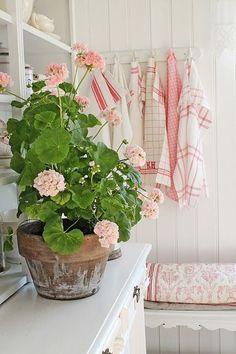 farmhouse Cottage Living, Cozy Cottage, Cottage Style, Swedish Cottage, Swedish Decor, Shabby Chic Decor, Vintage Shabby Chic, Boho Decor, Pink Geranium