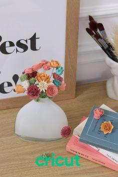 Créez vos propres bouquets ! 🌺 Avec ce nouveau tuto, faites le plein de fleurs pour votre intérieur, votre bureau mais aussi en cadeau à qui aime recevoir des fleurs 😍 #jecricut #cricutfrance #cricut #hellofrance #diy #crafty #doityourself #maker #decoupe #machinededecoupe #papier #paperart #creativeeveryday Cricut, Paper Flower Wedding Bouquets, Bunch Of Flowers, Diy Room Decor, Create A Critter