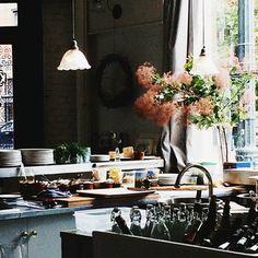 によるInstagramの写真ficklekitten - bright rainy afternoon today, the view from where I sit in this cool place. The smoke tree's flowers look great with the kitchen.  明るい雨の日の午後, 案内された私の席から見える彼らの今日のキッチン。スモークツリーの花がいい感じです。