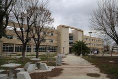 El actual hospital materno infantil Dra. Teresa Germani construido adentro de la plaza Eva Peron, ciudad de Gregorio de Laferrere