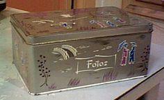 Caja metálica de Cola-Cao para guardar fotos, cosas de costura, cromos etc. Concretamente esta gris aun la tengo. Curious Cat, Hearth And Home, Childhood Toys, Old Tv, Nostalgia, Sweet Memories, Retro, Toy Chest, Decorative Boxes
