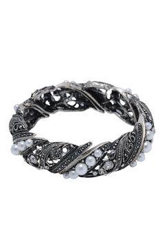 Esta pulseira foi feita para você arrasar em eventos noturnos sofisticados. O destaque é garantido pelo brilho e pelas lindas pérolas, combinando com diversas cores de roupas e te deixando ainda mais bonita. Dimensões: elástica com diâmetro de 5,5 cm. Peso: 48 gramas.