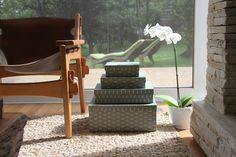 Use a criatividade e transforme caixas em mesinhas com as caixas estampadas da Joy Paper. www.joypaper.com.br