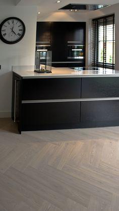 MoreFloors - vloeren Breda - reuze visgraat 4-9 x 160 x 164 mm licht gerookt + wit gerookt