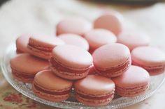 Macarons framboises avec ganache montée au chocolat blanc.