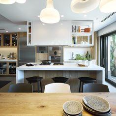Molins Interiors // arquitectura interior - interiorismo - decoración - casa - cocina - kitchen - isla - taburete - blanco - white