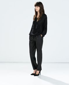 Discover the new ZARA collection online. The latest trends for Woman, Man, Kids and next season's ad campaigns. Red Fashion, Fashion News, Fashion Trends, Leather Trousers, Trousers Women, Gina Tricot, Office Looks, Fashion Lookbook, Zara Women