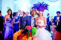 La temática del Carnaval de Barranquilla se sigue imponiendo, ya que puede ir acompañada de un conjunto vallenato. Andrés Rubiano Puerto y Liliana Quintero Torres disfrutaron de la 'hora loca' con accesorios alusivos a esta festividad. Foto: Óscar Zuluaga / Cortesía.