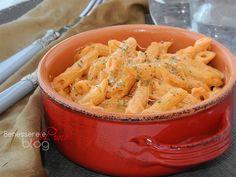 Pasta cremosa in salsa rosa, ricetta facile e veloce per un primo pitto ricco di sapore in tutta leggerezza, senza panna. Ottima anche con la ricotta