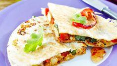 Broileriquesadillat ovat meksikolaisia täytettyjä ja pannulla rapeiksi paistettuja tortilloja. Sisällä on mehevän juustoinen ja paprikainen täyte.