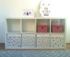 IKEA Kallax Regal mit bunten Spielzeugkisten