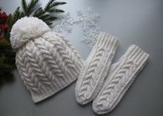 """Вязание шапки спицами с косами и помпоном в комплекте с варежками """"Белоснежные узоры"""""""