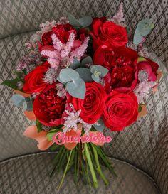 Trandafiri, bujori și astilbe. Trei dintre florile cele mai căutate de voi într-un buchet de poveste aici:  http://bit.ly/2pEOGtX  Week-end frumos și plin de zâmbet să aveți!   #florarie #livrareflori #nunta2017 #bujori #flowerbouquet