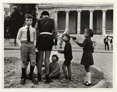 Incredible pircture! Enfants jouant dans le Square Galliera, vers 1950-1960 - Photo : © Dorka Raynor / Musée Carnavalet / Roger-Viollet