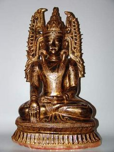 Bouddha Maravijaya, assis sur un trône, les mains en position de prise de terre à témoin. En albâtre polychromé. Birmanie Shan XIXe siècle H : 67 cm