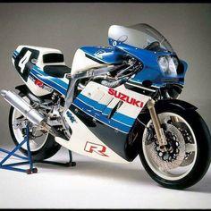 Gsxr Suzuki Motos, Moto Suzuki, Suzuki Bikes, Suzuki Cars, Suzuki Motorcycle, Racing Motorcycles, Vintage Motorcycles, Suzuki Gsx R 1000, Gsxr 1100