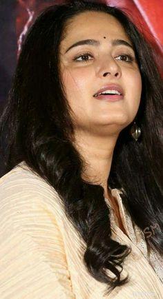 Beautiful Bollywood Actress, Most Beautiful Indian Actress, South Actress, South Indian Actress, Anushka Shetty Saree, Mallu Aunties, Golden Saree, Anushka Photos, Nithya Menen