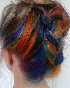 Wer den Regenbogen-Look liebt, aber nicht so offensichtlich tragen möchte, kann ihn jetzt auch versteckt unter den Haaren tragen: http://www.erdbeerlounge.de/frisuren/haare-faerben/hidden-rainbow-hair-der-versteckte-look/