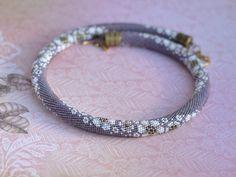 «Hortensias blancs» - une unique perle au crochet collier avec motifs floraux, caractéristiques pour le bijoux de style vintage. Belle et délicate combinaison de couleurs violettes et beiges conviendra à une dame de rêveur, un fan de style vintage. Fait de plus belles perles japonaises de haute qualité. Fermoirs métalliques par JBB ou TierraCast.  Tailles :  Longueur: 18,5 po (47) Largeur : 0,4 po (1 cm)  Qualité : Je veux que vous appréciez vos bracelets et colliers pour les années à…