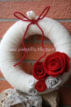 #wreath #corona #wool #lana #roses #red #white #rose #bianche #rosse  #xmas #christmas #natale #holidays #feste #noel #Weihnachten #decorating #ornaments #merry #home #house #casa #navidad #ideas #diy #création #brico #faire
