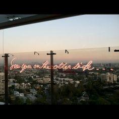 Olivia Steele usa os letreiros em neon pra distribuir frases de amor