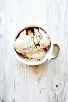 Toasted Marshmallow Ice Cream with Fudge and Graham Swirls - Well Floured Gelato, Slow Cooker Desserts, Ice Cream Day, Ice Cream Maker, Frozen Desserts, Cream And Fudge, Granita, Mantecaditos, Gastronomia