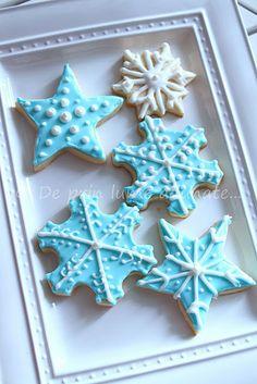 Nice presentation for Christmas Cookies Christmas Gift Decorations, Christmas Sweets, Christmas Goodies, Christmas Baking, Christmas Holidays, Blue Christmas, Snowflake Christmas Cookies, Holiday Cookies, Holiday Treats