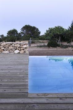 Galería de Arquitectura y Paisaje: Piscina en Formentera por Marià Castelló Martínez - 21 Outdoor Lounge, Outdoor Spaces, Outdoor Living, Ibiza, Outside Pool, Natural Swimming Pools, Beautiful Pools, Swimming Pool Designs, Garden Pool